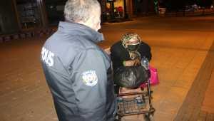 Adana'da belediye otobüsüne yetişemeyen kadına polis sahip çıktı
