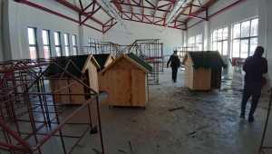 Adana'da lise öğrencileri soğuktan etkilenen sokak hayvanları için barınak yapıyor