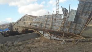 Yozgat'ta şiddetli rüzgar ahırın çatısını uçurdu