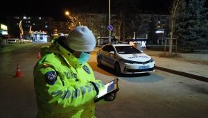 Çubuk'ta polisler sokağa çıkma kısıtlaması kapsamında denetim yaptı