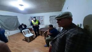 Antalya'da eve düzenlenen kumar baskınında jandarmayı gören bir kişi mutfak tezgahının altına saklandı