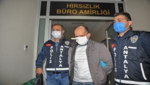 Antalya'da takip ettikleri kişilerin araçlarından para çaldıkları iddiasıyla yabancı uyruklu 3 kişi yakalandı