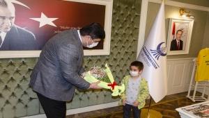 Kahramankazan'da öğrencilerden Belediye Başkanı Oğuz'a 23 Nisan ziyareti