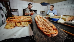 Konyalı pide ustaları iftar sofralarını lezzetlendiriyor
