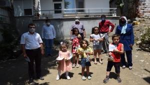 Antalya'da bayramın ilk günü evlerinde ziyaret edilen çocuklara şeker ikram edildi