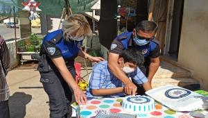 Antalya'da polisler bir çocuğa evinde doğum günü sürprizi yaptı