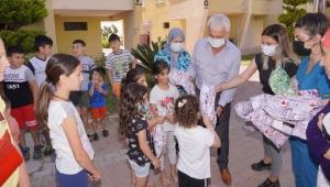 Finike Belediye Başkanı Mustafa Geyikçi, engelli çocuklara bayram hediyesi verdi