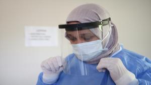 Gönüllü Kovid-19 aşısı yapan ebe, hayatını otizmli oğluna ve mesleğine adadı