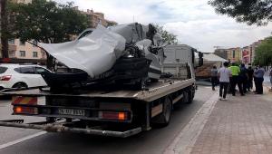 Konya'da park halindeki kamyona çarpan hafif ticari aracın sürücüsü hayatını kaybetti