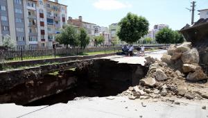 Sivas'ta köprü yapımı için sondaj çalışması sırasında çöken yolun dolgu işlemine başlandı