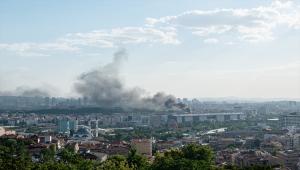 Ankara Maltepe'de bir otelin çatı katında çıkan yangına müdahale ediliyor