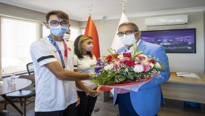 Olimpiyat şampiyonu Mete Gazoz altın madalyasıyla Federasyon Başkanı Topaloğlu'nu ziyaret etti