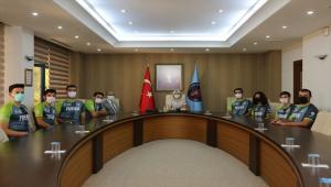 Akdeniz Üniversitesi Rektörü Özkan, TEKNOFEST'te finale kalan elektrikli aracı kullandı