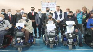 Gurbetçilerden Yozgat'taki engellilere akülü araç desteği